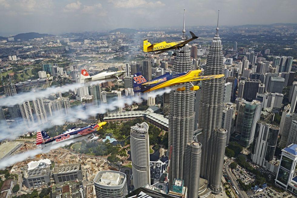 Gli assi del volo sfrecciano tra le Petronas Twin Towers
