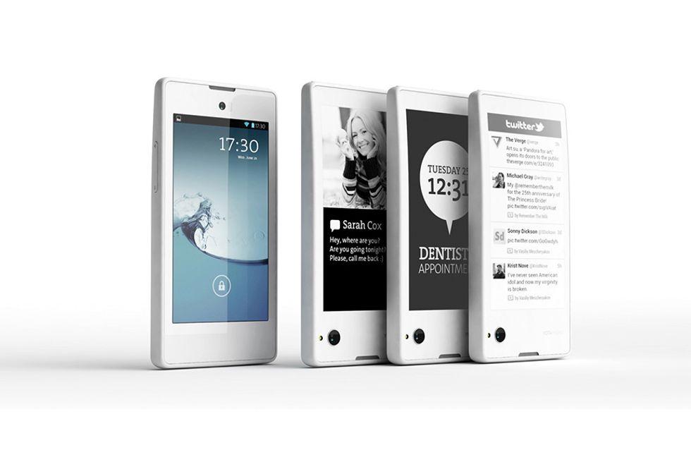 YotaPhone, lo smartphone con il secondo schermo e-ink è una (bella) realtà