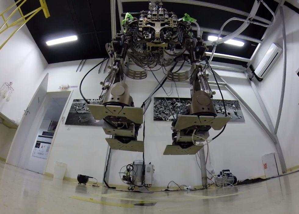Addio sedia a rotelle, ecco l'esoscheletro robotico azionato dal pensiero