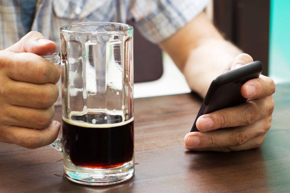 L'uomo che vuole dare da bere agli smartphone
