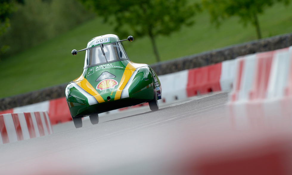 La gara giovane delle auto green del futuro