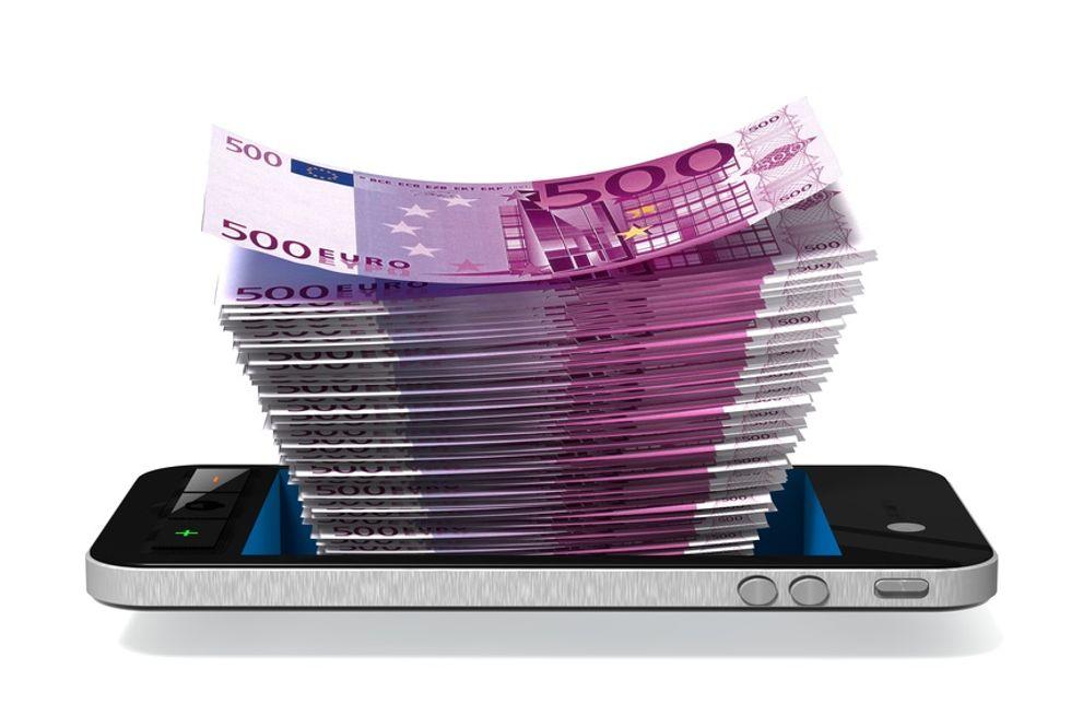 Gli italiani e il cellulare: ogni famiglia spende 607 euro all'anno