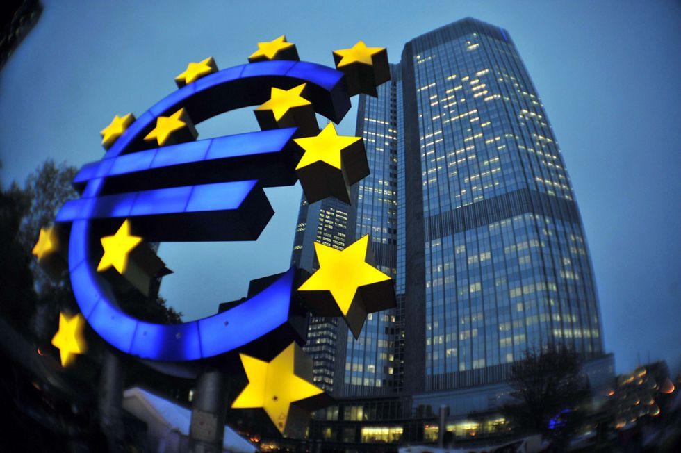 La Bce taglia i tassi e l'euro crolla