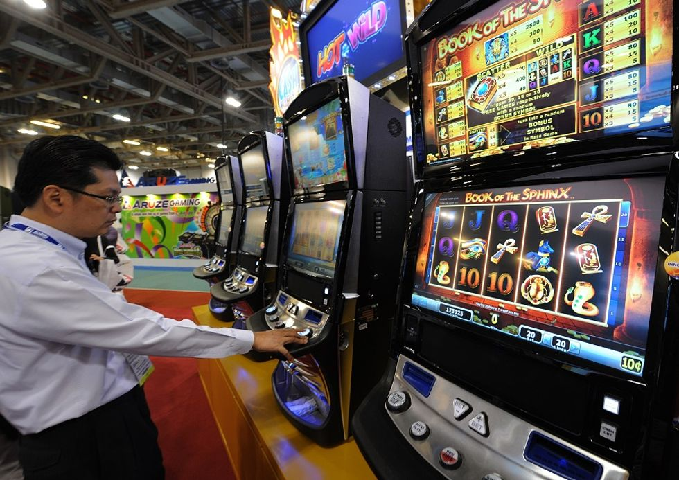 Gioco d'azzardo, ecco chi scommette (e perde) di più