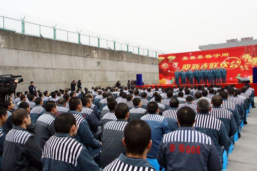 La Cina chiude i campi di lavoro forzato