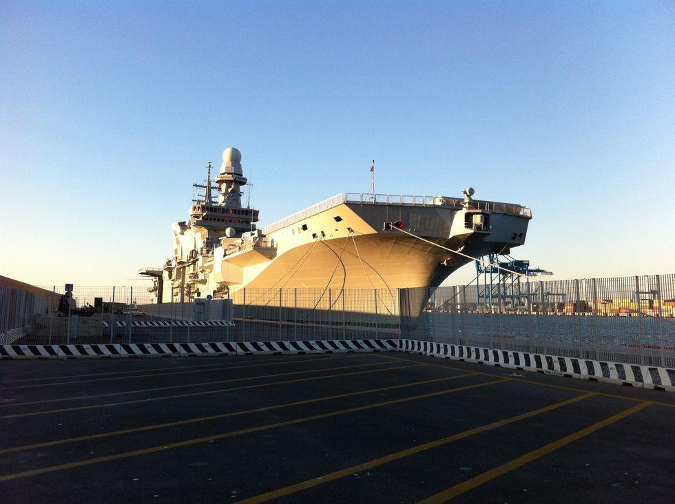 """La portaerei """"Cavour"""" in missione in Africa"""