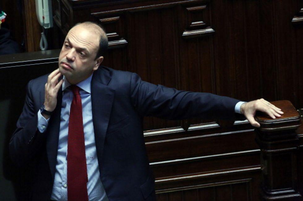 Alfano tra due fuochi (Berlusconi e Casini)