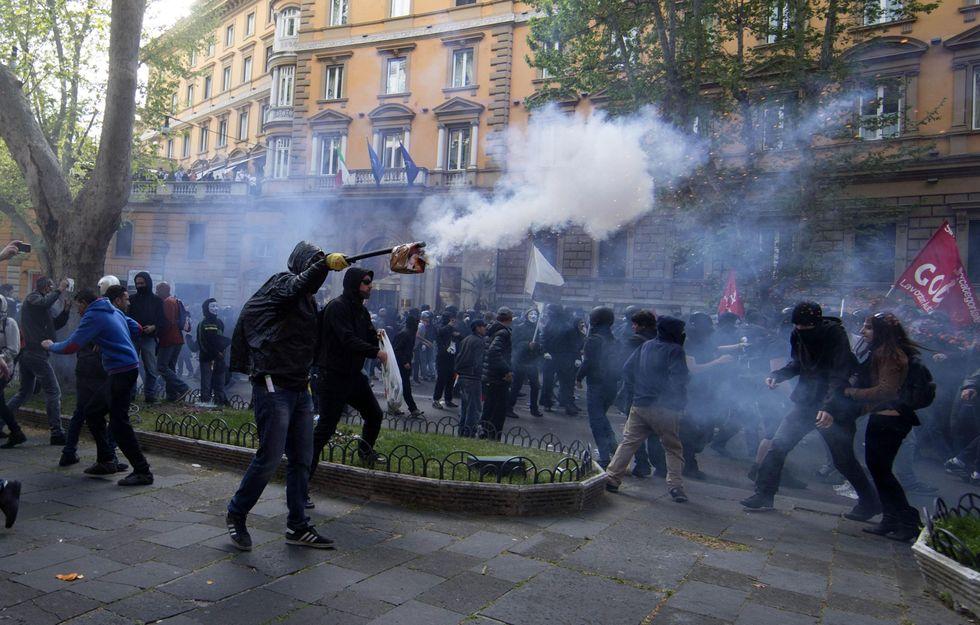 Scontri a Roma, 40 feriti, decine di antagonisti fermati, città blindata