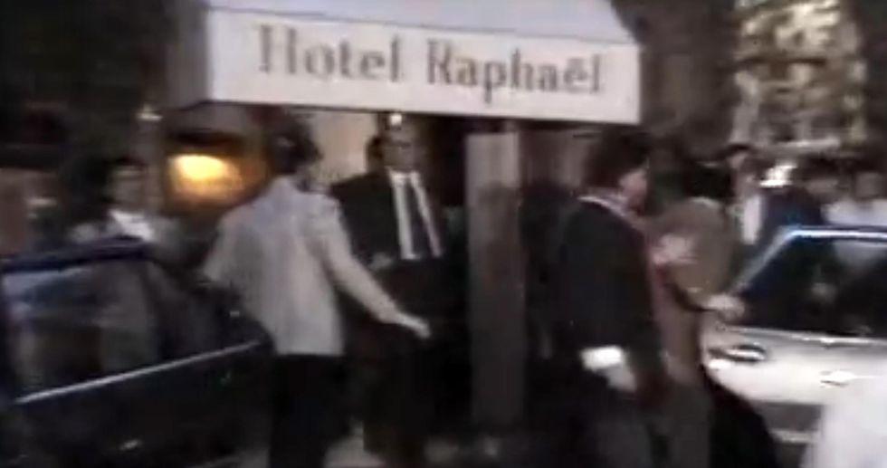 21 dopo il Raphael, i nuovi tiratori di «monetine» contro Berlusconi