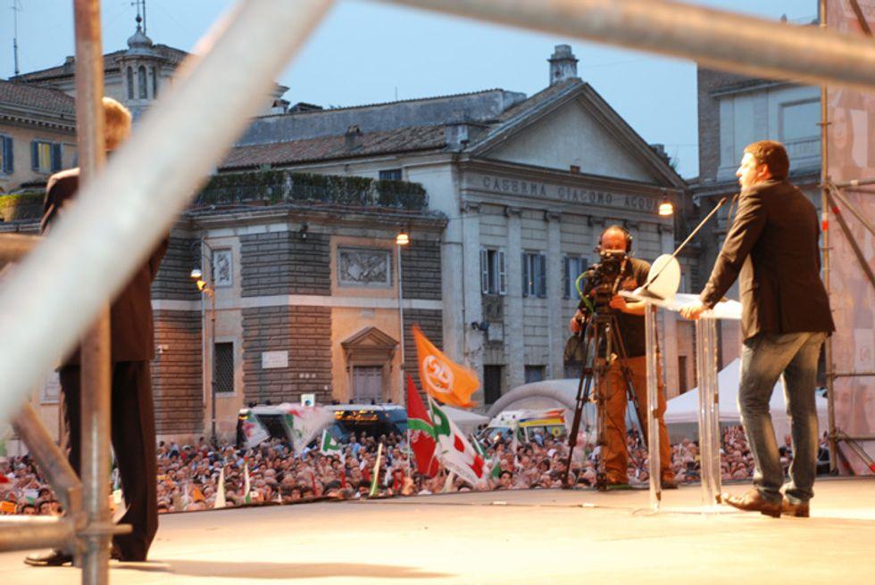 Renzi in Piazza del Popolo con il fantasma di Grillo