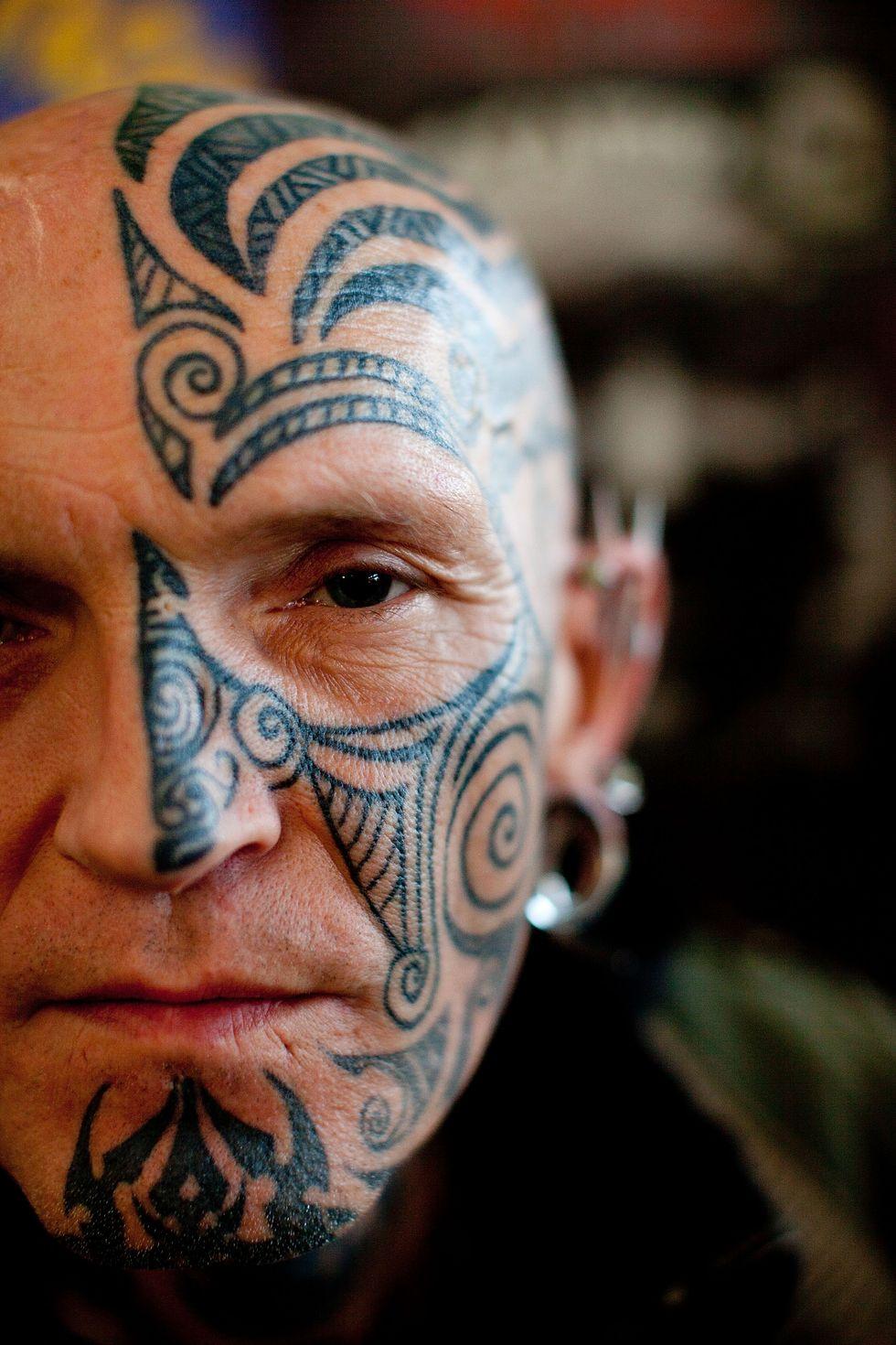 Cerchi lavoro? Nascondi i tatuaggi