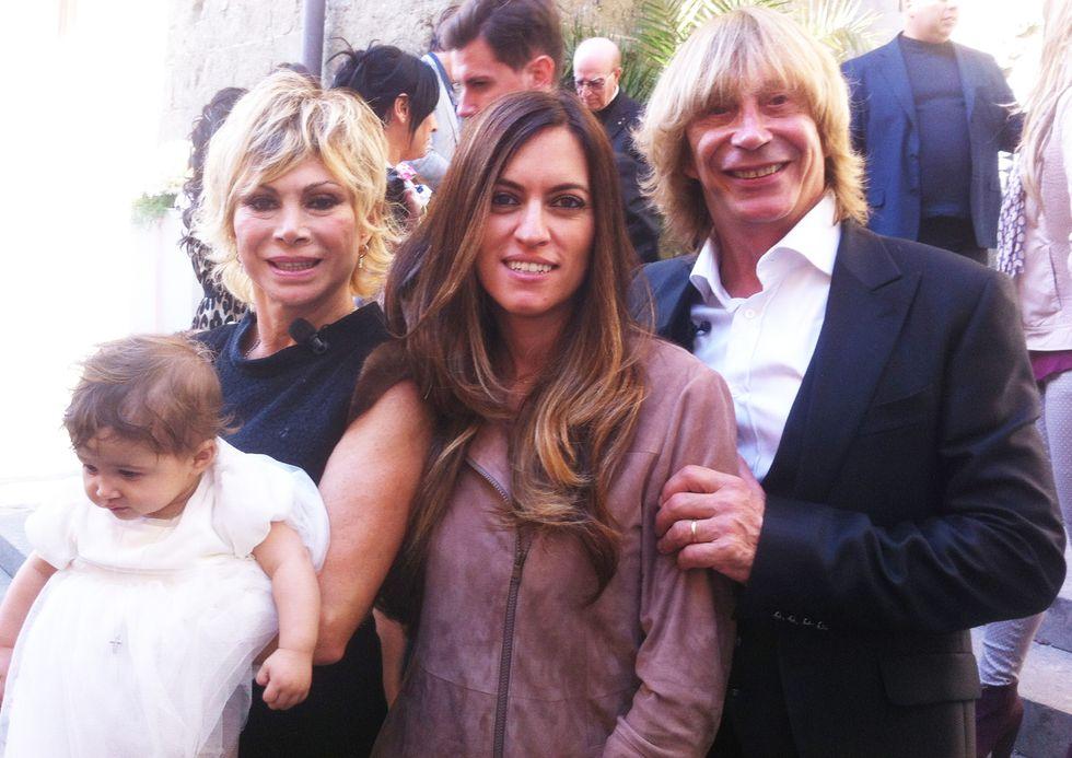 """Battesimo """"affollato"""" per Maria, la figlia di Carmen Russo ed Enzo Paolo Turchi"""