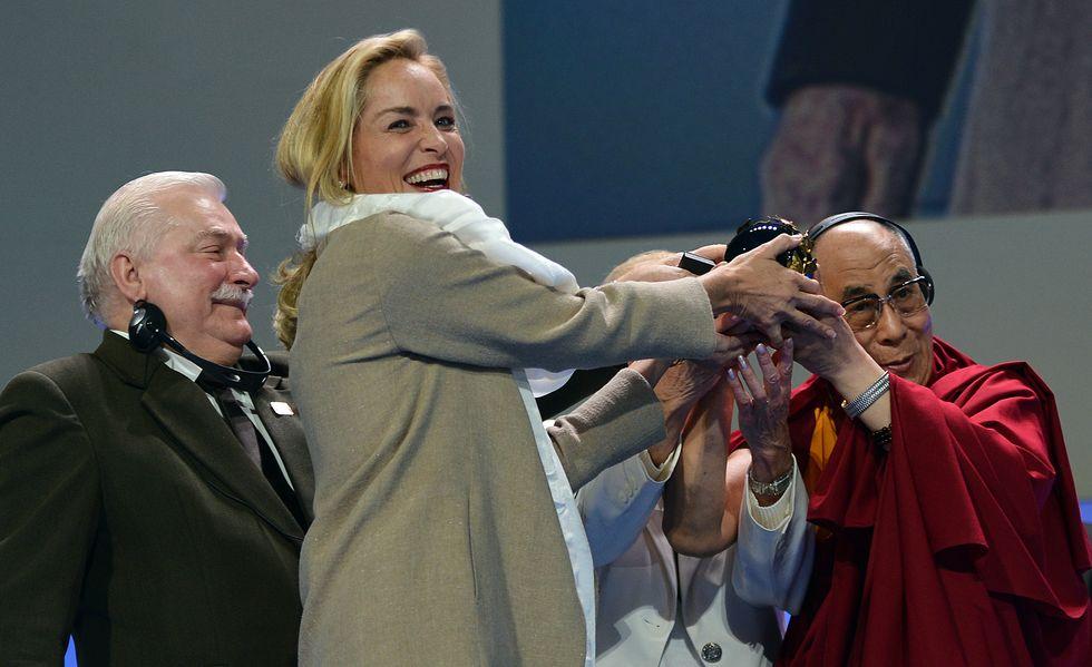Sharon Stone riceve il premio per la pace dal Dalai Lama