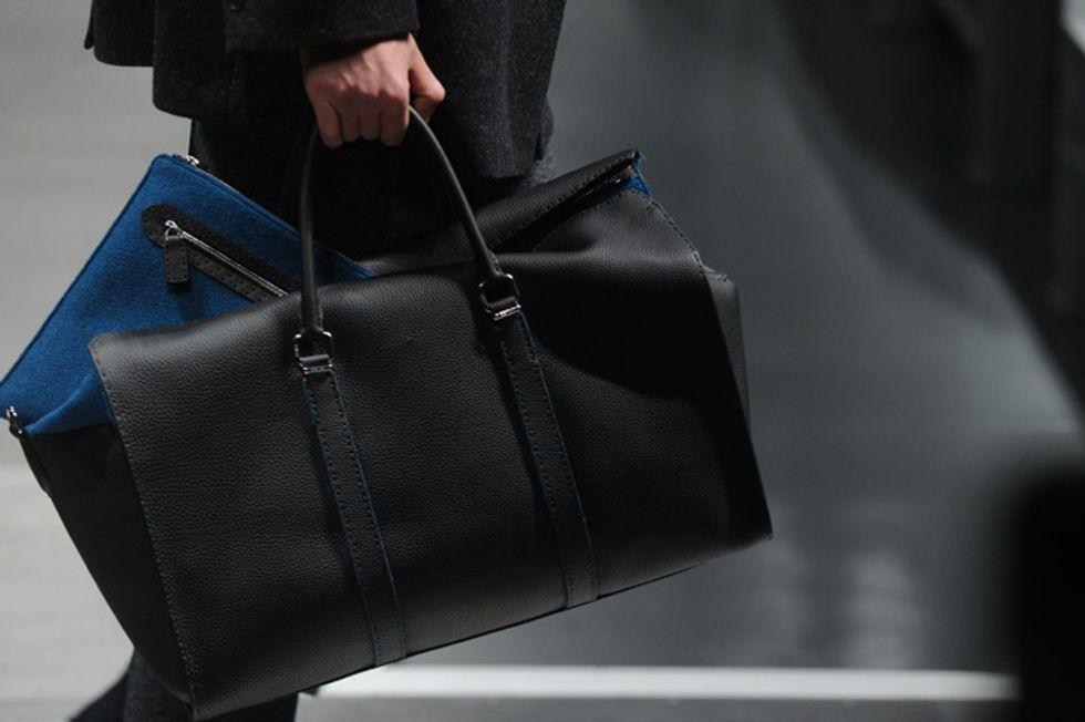 Cosa c'è nella borsa di un uomo?