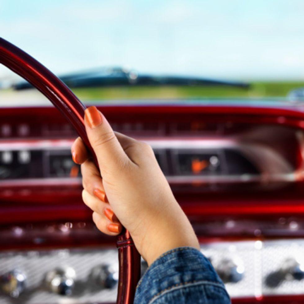 Donne in auto? Meno abili nei parcheggi, ma più calme alla guida