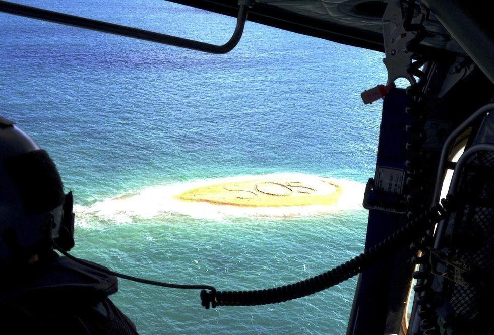 Scrivono SOS sulla sabbia: in salvo cinque naufraghi