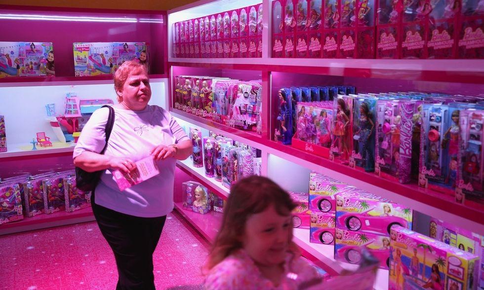 Le femmine giocano con le bambole, i maschi con i robot. O no?