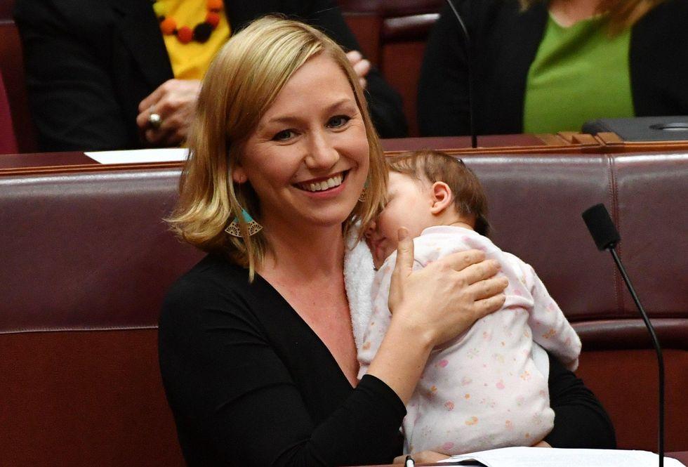 La senatrice Larissa Waters è la prima donna ad allattare sua figlia in Parlamento