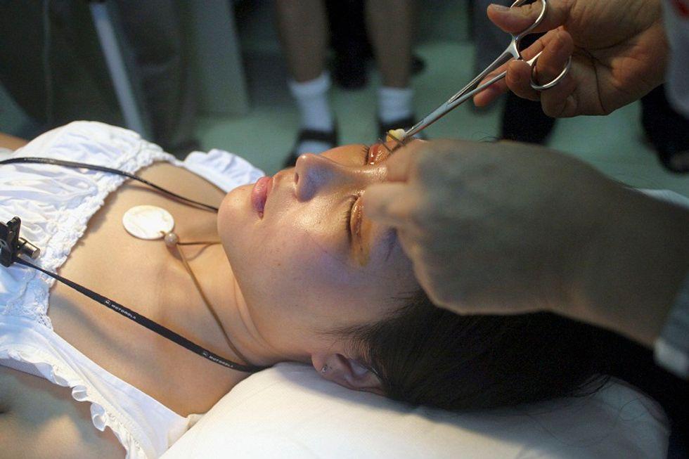 Un intervento di chirurgia plastica, il regalo perfetto per gli studenti della Corea del Sud