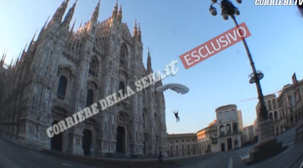 Ecco il video del paracadutista del Duomo di MIlano
