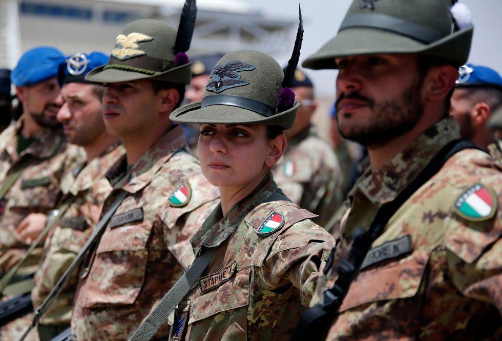 L'esercito dichiara guerra a barba e pizzetto