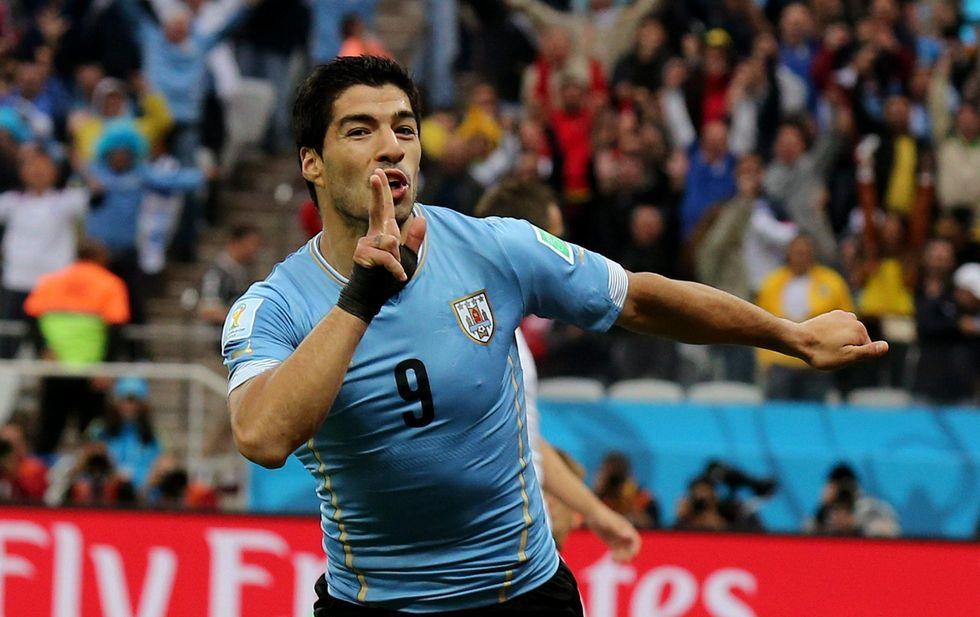 Suarez show: doppietta e bye bye Inghilterra
