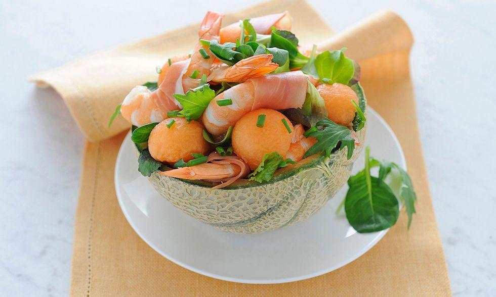 Ricette d'estate: cestino di melone, gamberi e prosciutto
