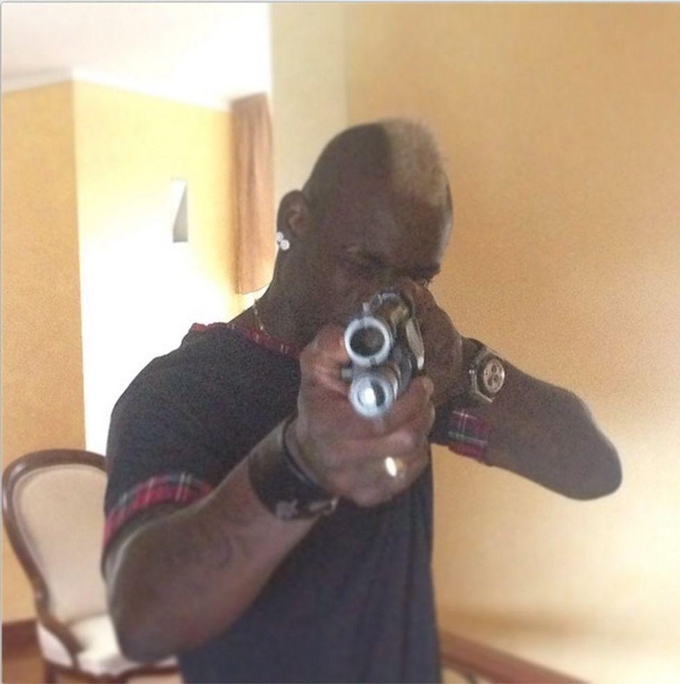 """Balotelli imbraccia il fucile: """"Un bacio a chi mi odia"""""""