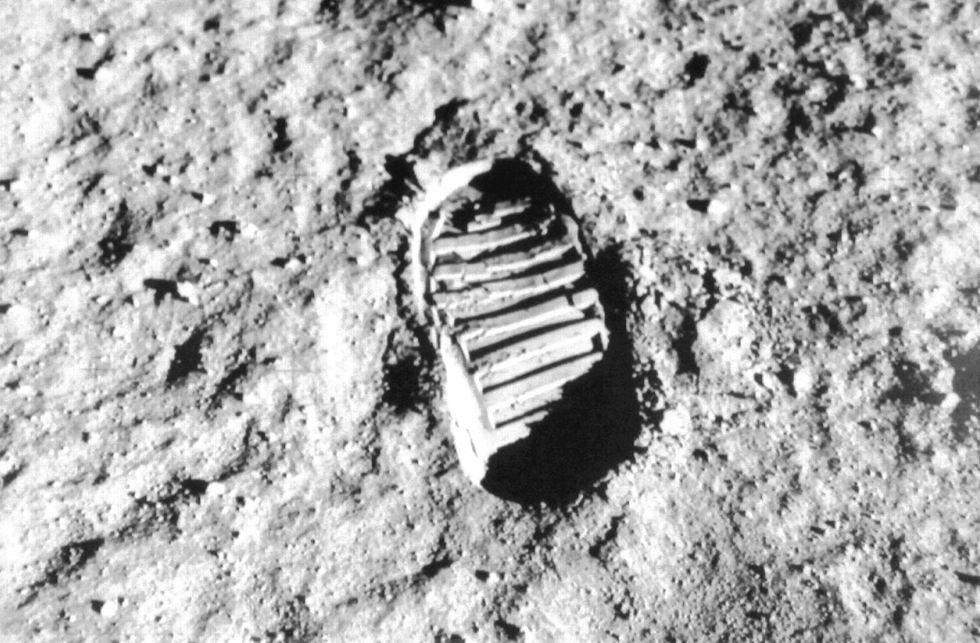 Dalla Luna alle Torri Gemelle: tutti i complotti a 5Stelle