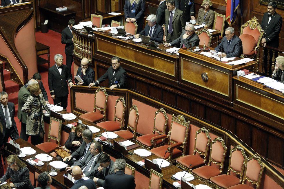 La scure di Renzi sul Senato, ma ora il premier è in mano a FI