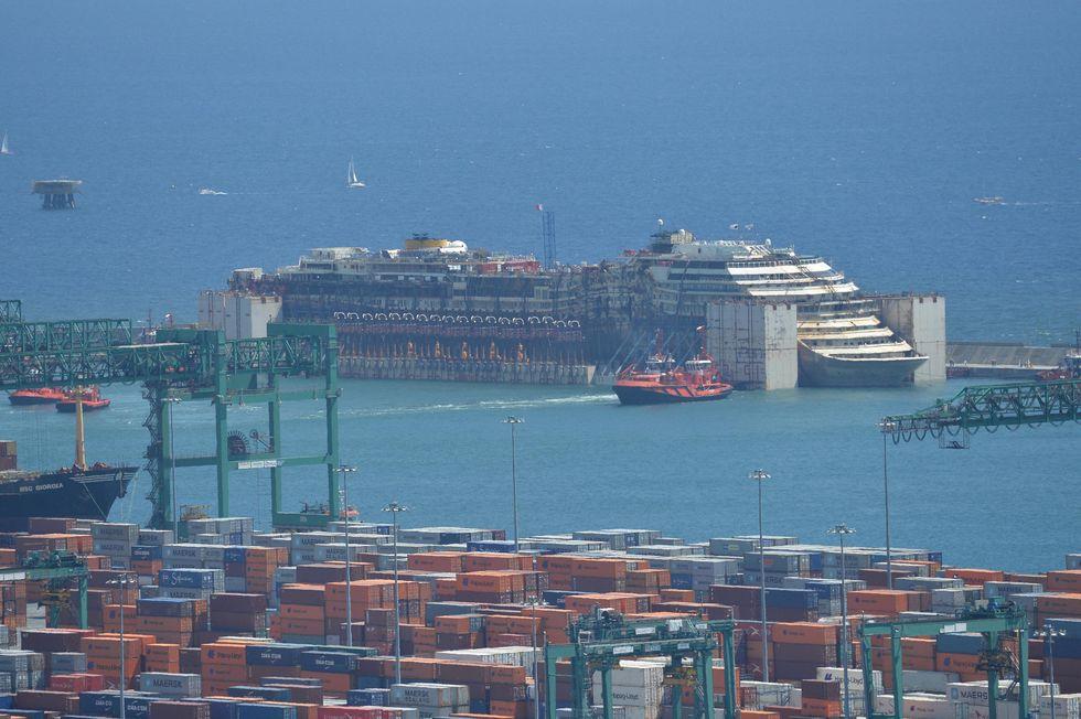 La Costa Concordia è arrivata a Genova