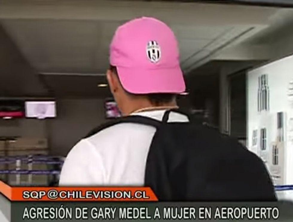 Medel va dall'Inter: (ma nel 2012 indossava un cappellino della Juve)