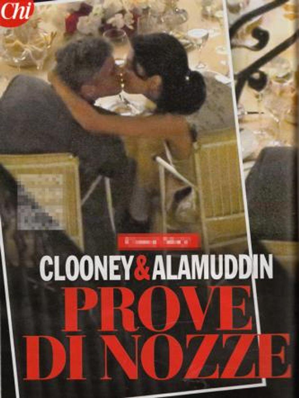 """George Clooney, primo bacio """"pubblico"""" con Amal Alamuddin"""