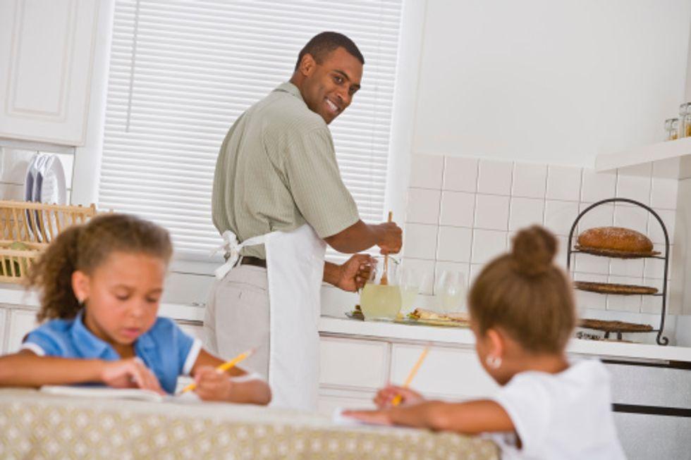 Vuoi una figlia in carriera? Lava i piatti