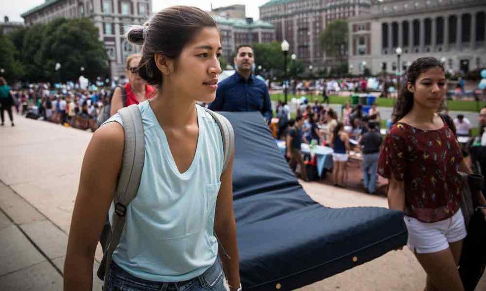 Emma: un materasso contro lo stupro alla Columbia