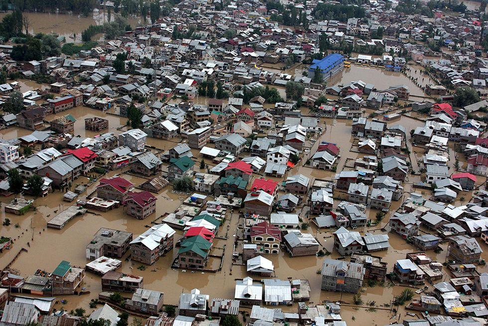 Il Kashmir sommerso dalle alluvioni e altre foto del giorno, 10.09.2014