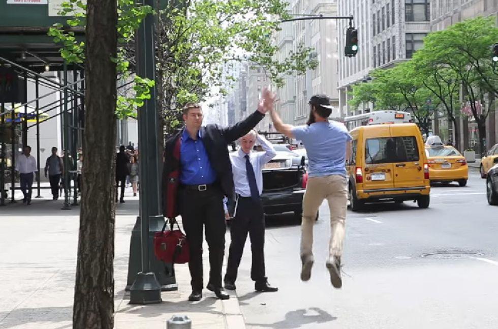 New York: un 'cinque alto' per chi chiama il taxi