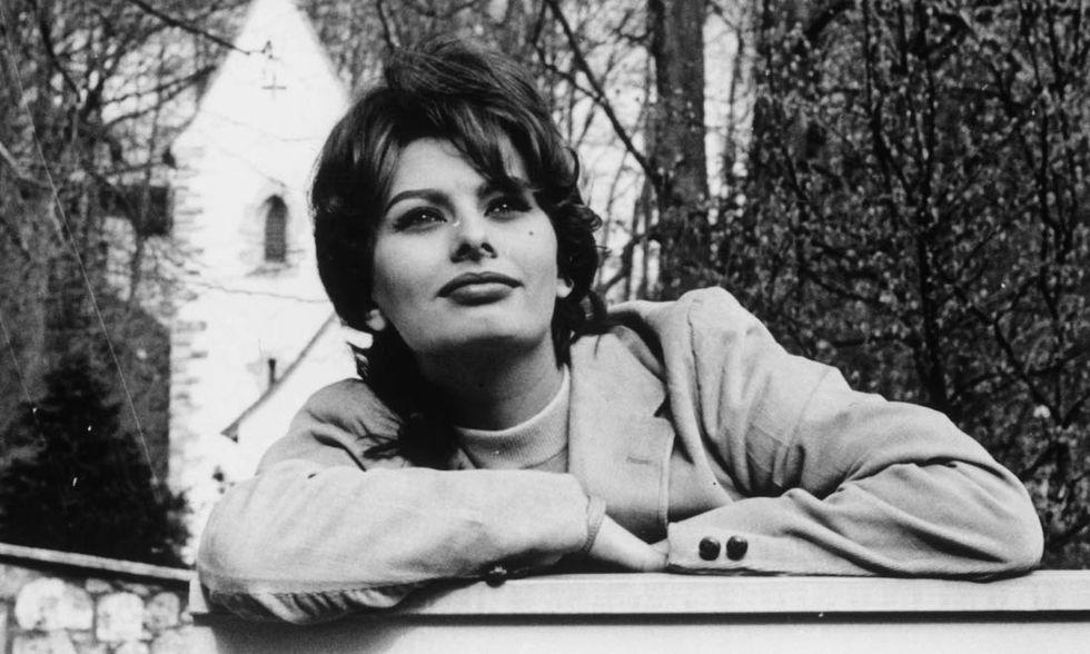 Sophia Loren si appoggia sul cancello di casa