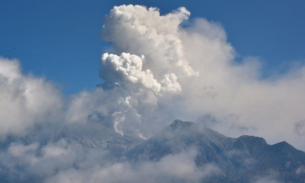 Giappone, le foto del vulcano Ontake in eruzione