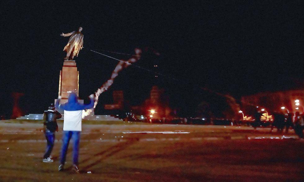 La statua di Lenin abbattuta in Ucraina e altre foto del giorno, 29.09.2014
