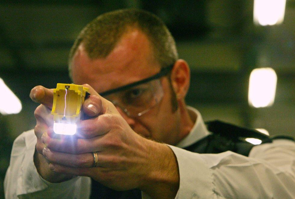Pistola elettrica alla polizia:  primo ok della Camera