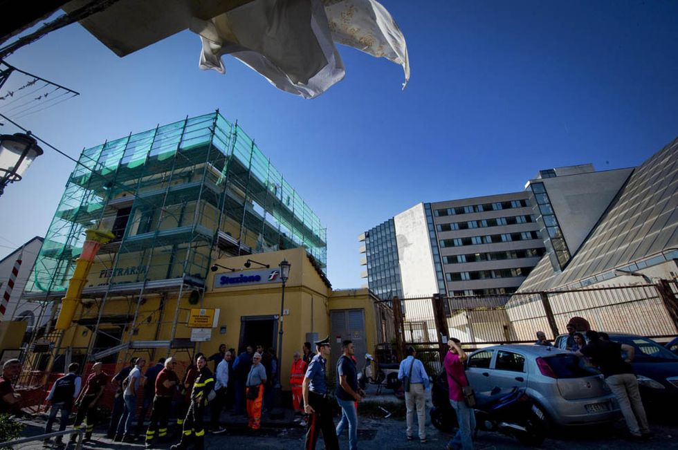 Crolla il tetto della stazione, un morto e due feriti
