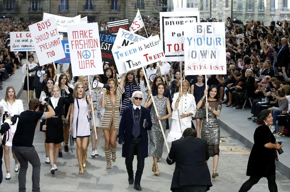"""Karl Lagerfeld e la sfilata """"femminista"""""""