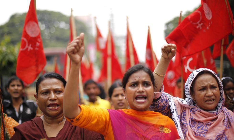 Operaie in piazza a Dacca e altre foto del giorno, 01.10.2014