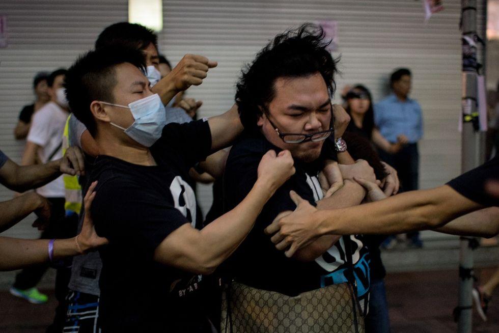 Hong Kong, gli scontri tra i manifestanti
