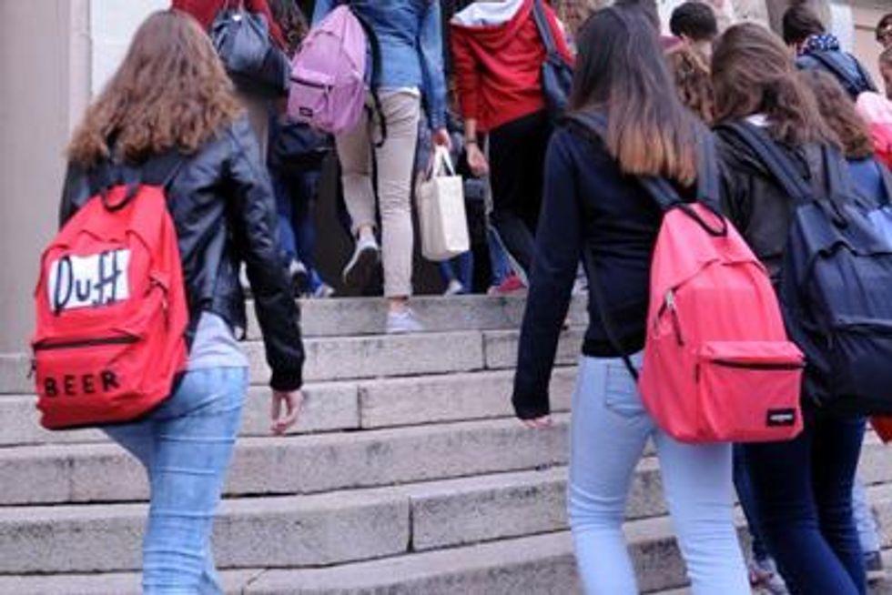 Studentesse entrano a scuola