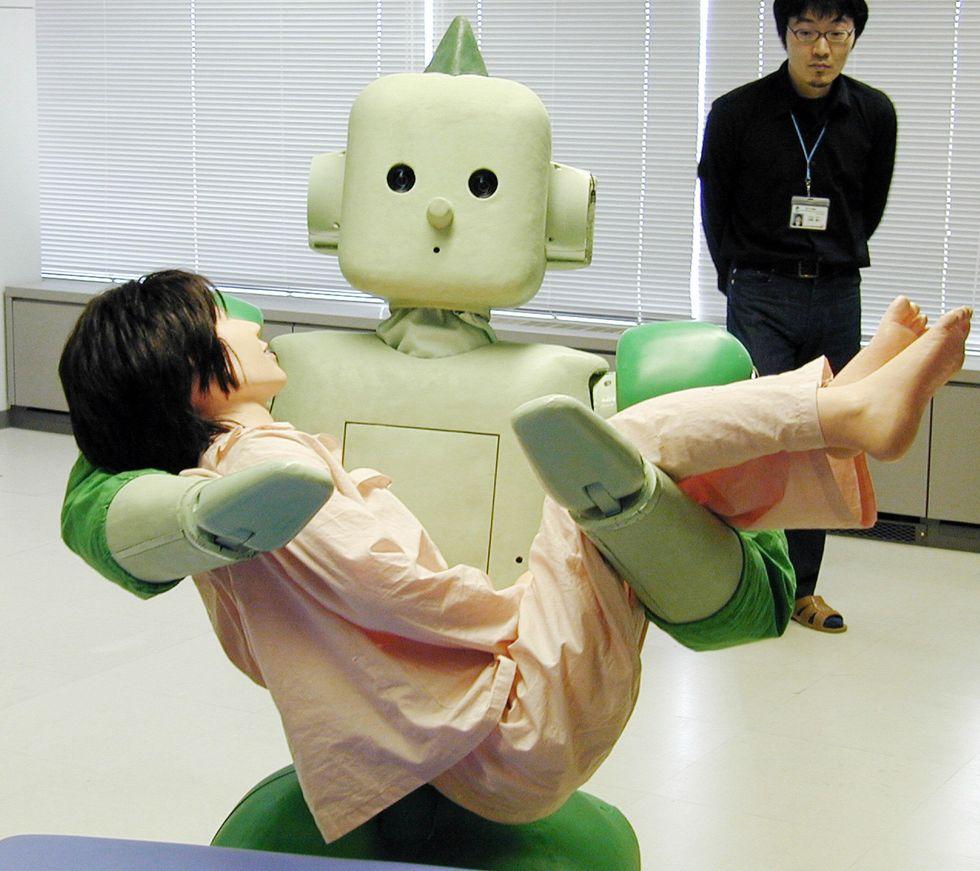 """Ecco come il Giappone sta usando i robot per il """"caregiving"""" degli anziani"""