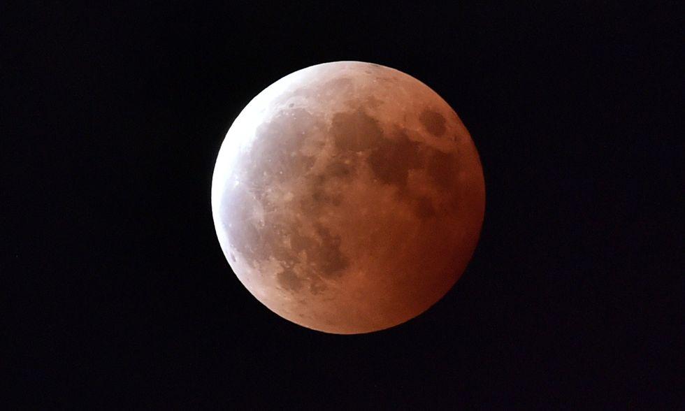 La Luna rossa: foto dell'eclissi lunare totale