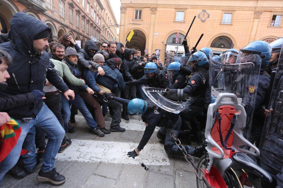 scontri-bologna-polizia