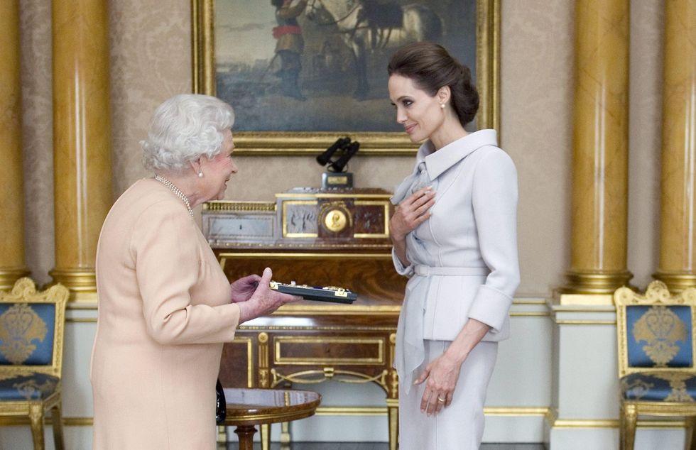 """Angelina Jolie """"Honorary dame"""" alla corte della Regina"""